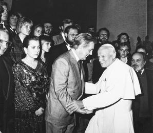 Илья Глазунов с группой студентов созданной им Российской Академии живописи, ваяния и зодчества был принят в Ватикане папой Римским Иоанном-Павлом II
