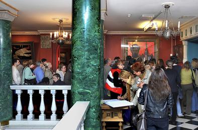 Зрители в Галерее Ильи Глазунова в Москве